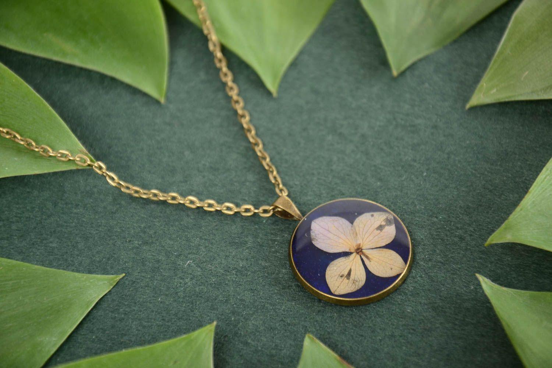Кулон с эпоксидным покрытием круглый синий с цветком маленький ручной работы фото 1
