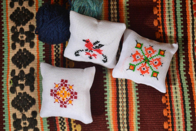 недавно вышивка подушечек для иголок стоит: пару месяцев