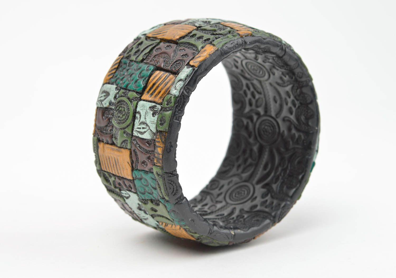 Черный наручный браслет ручной работы из полимерной глины с цветными узорами фото 2