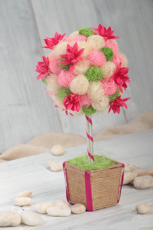 Фото топиария из цветов и сизаля