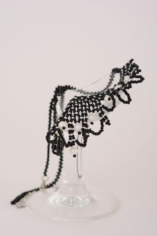 Черное бисерное ожерелье с жемчугом фото 1