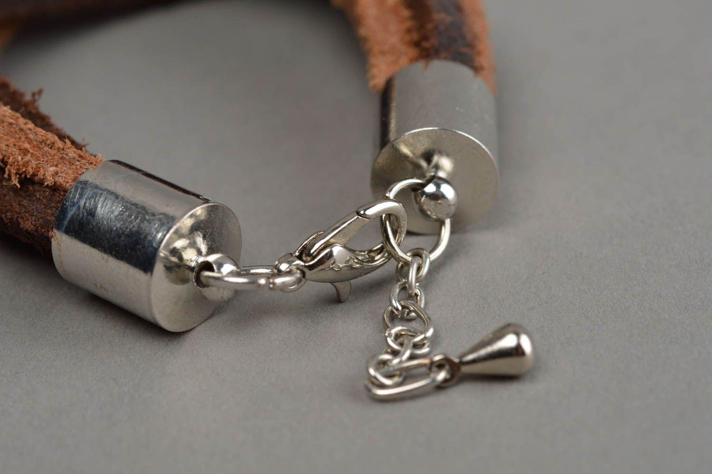 Künstlerisches Armband aus Leder in Braun mit Metall Anhängern Federn handmade foto 10