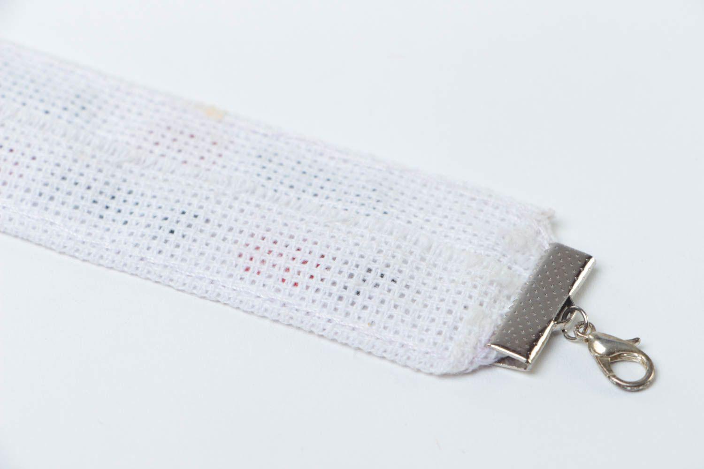 Handgemachtes Armband mit Stickerei im Ethno Stil weißer Textil Schmuck  foto 4