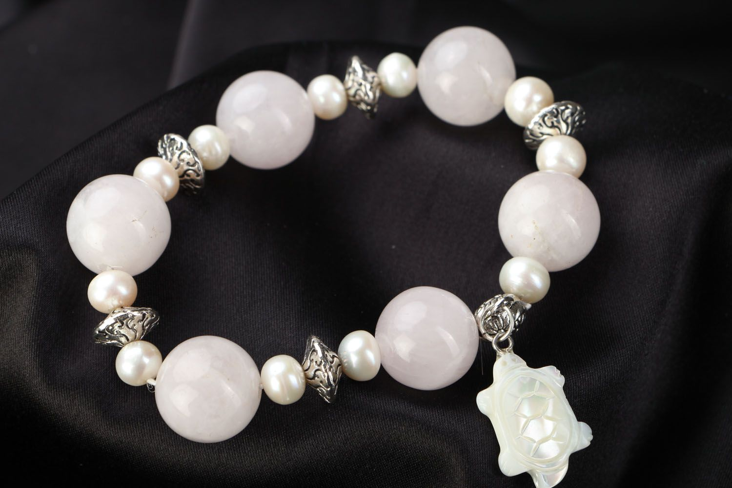 Natural stone bracelet with quartz and pearls photo 1
