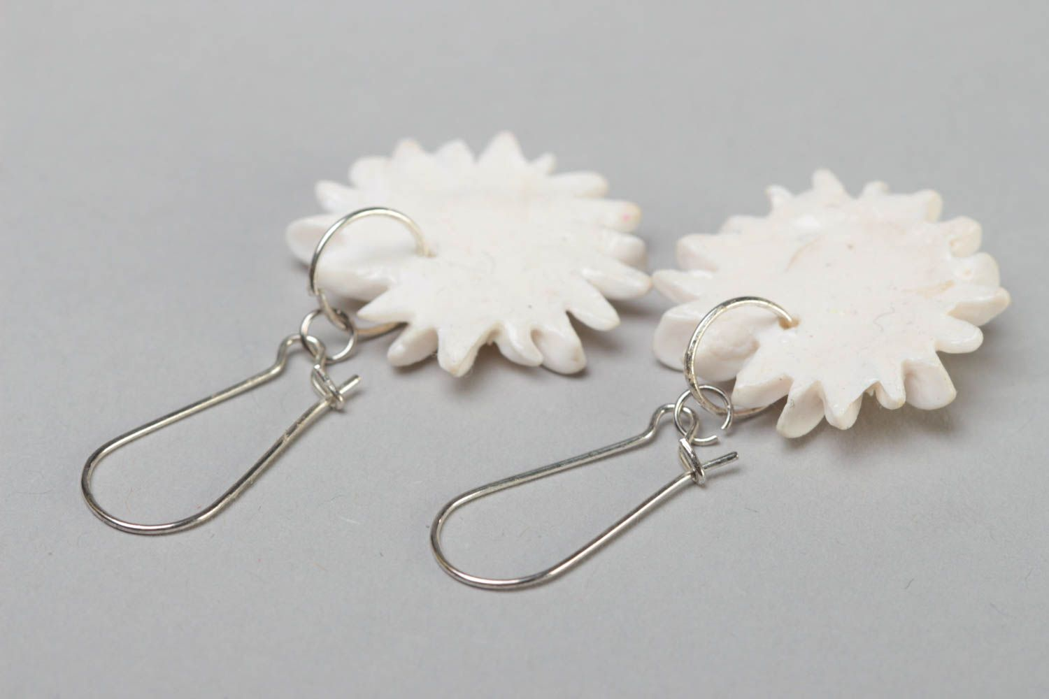Handmade designer polymer clay dangling earrings with white chamomile flowers photo 4