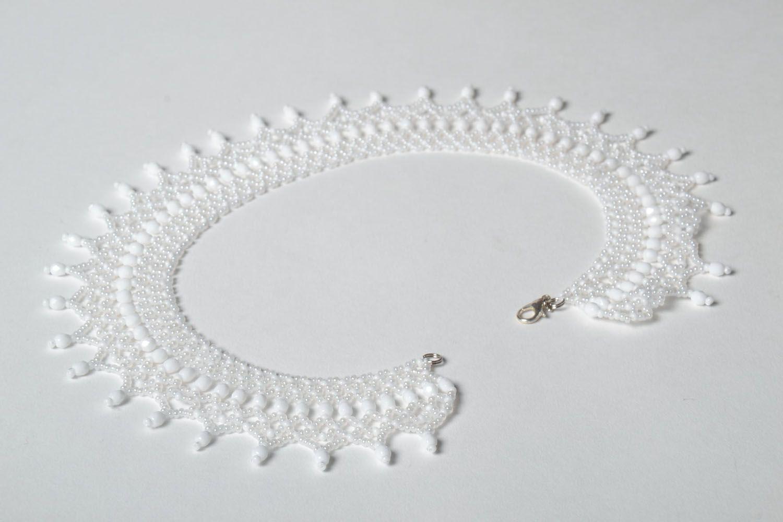 White beaded necklace photo 4