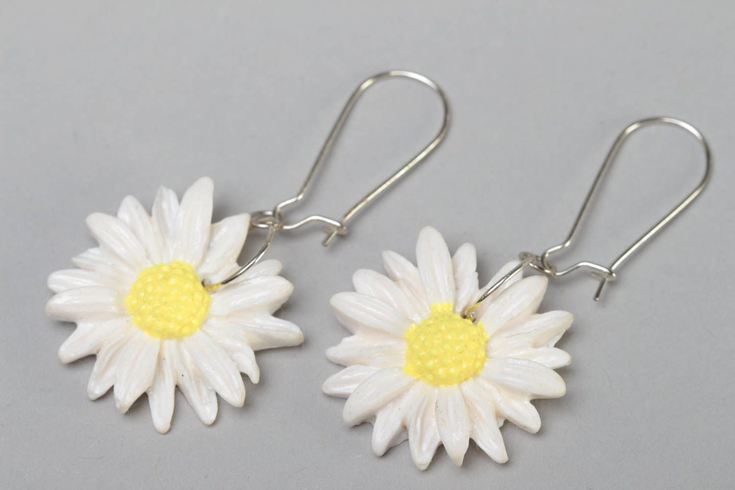 Handmade designer polymer clay dangling earrings with white chamomile flowers photo 2