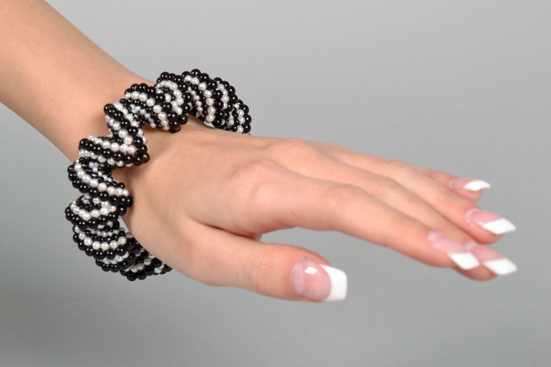 Бисерный черно-белый браслет фото 5
