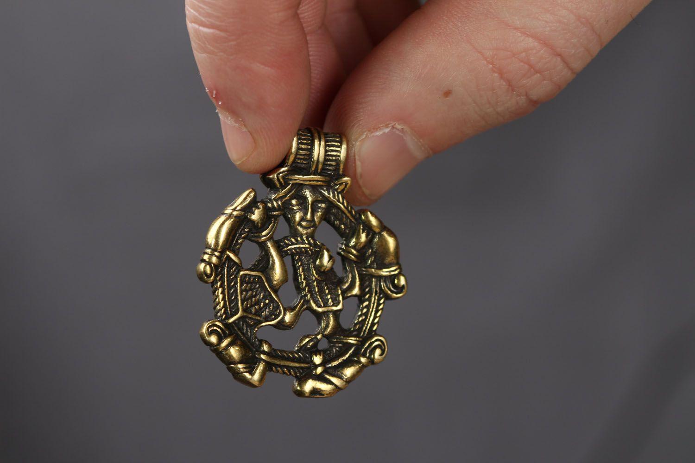 Круглая подвеска из бронзы  фото 3