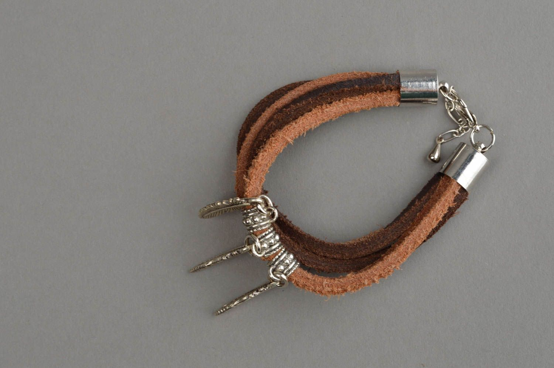 Künstlerisches Armband aus Leder in Braun mit Metall Anhängern Federn handmade foto 8