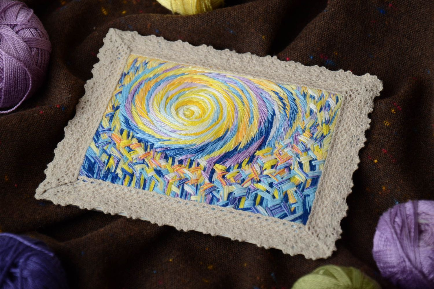 Satin stitch embroidered magnet picture with lace photo 1