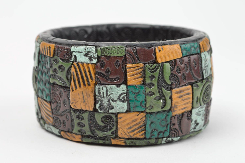 Черный наручный браслет ручной работы из полимерной глины с цветными узорами фото 4