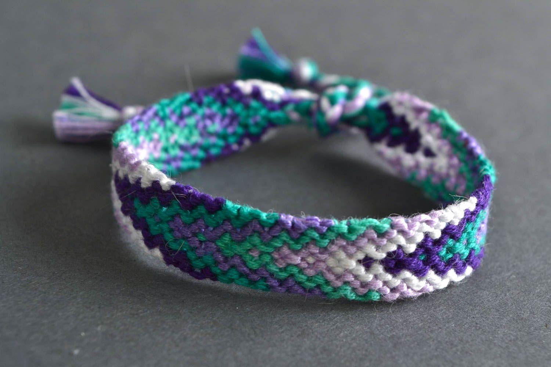 Красивый наручный браслет из ниток в технике макраме ручной работы с регулируемым размером фото 1
