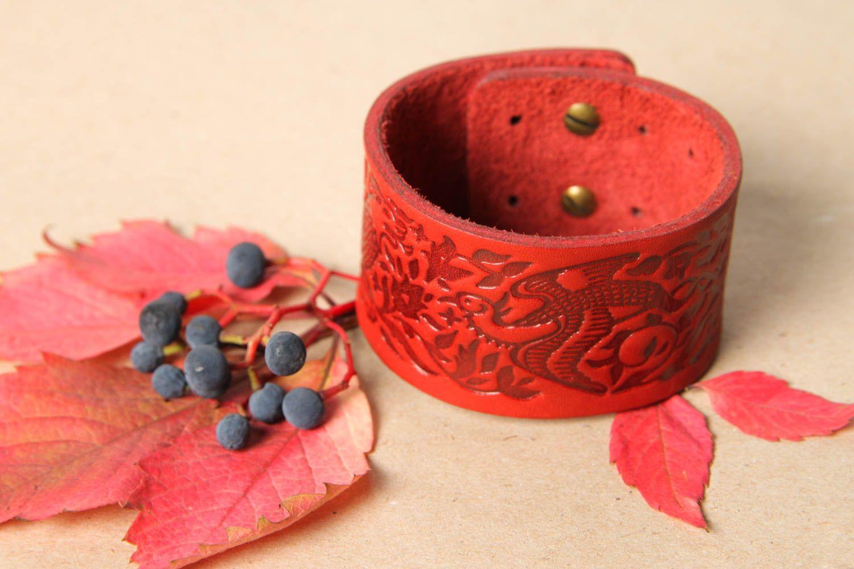 Браслет ручной работы браслет из кожи красный с тиснением дизайнерское украшение фото 1