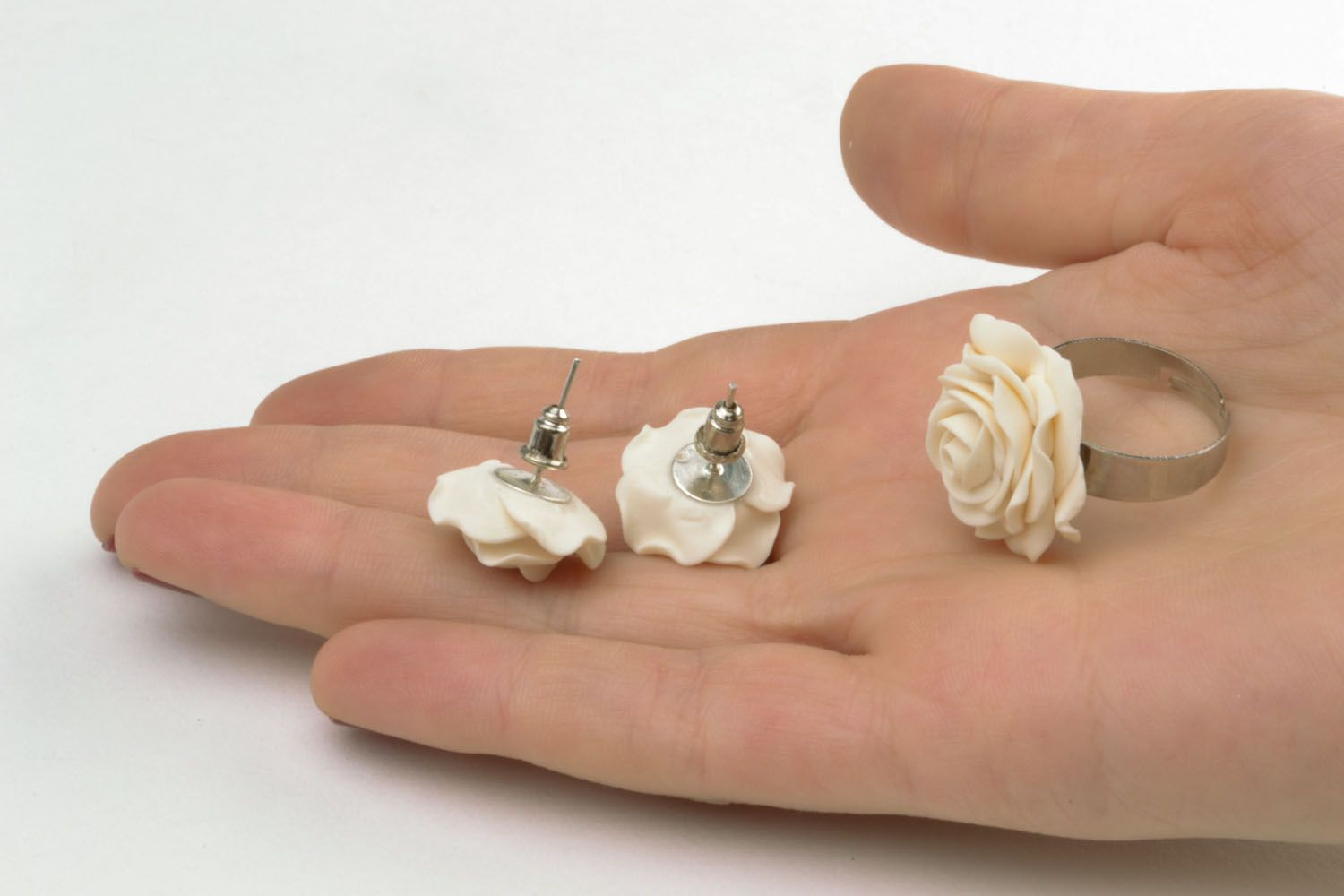 Plastic ring and earrings in the shape of white roses photo 2