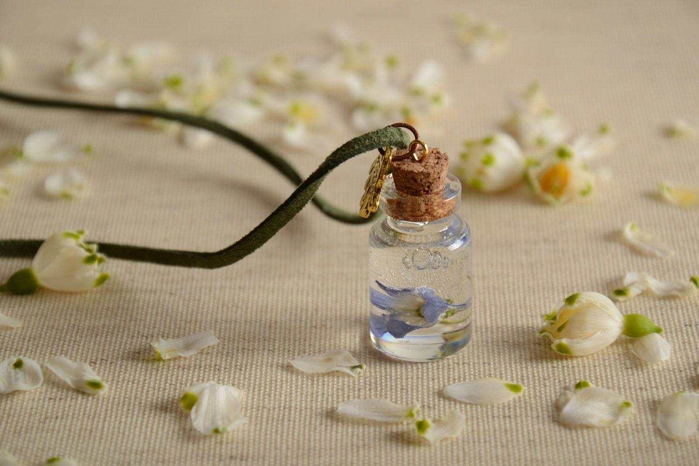 madeheart pendentif fiole avec fleurs en r sine poxyde fait main sur lacet en daim. Black Bedroom Furniture Sets. Home Design Ideas