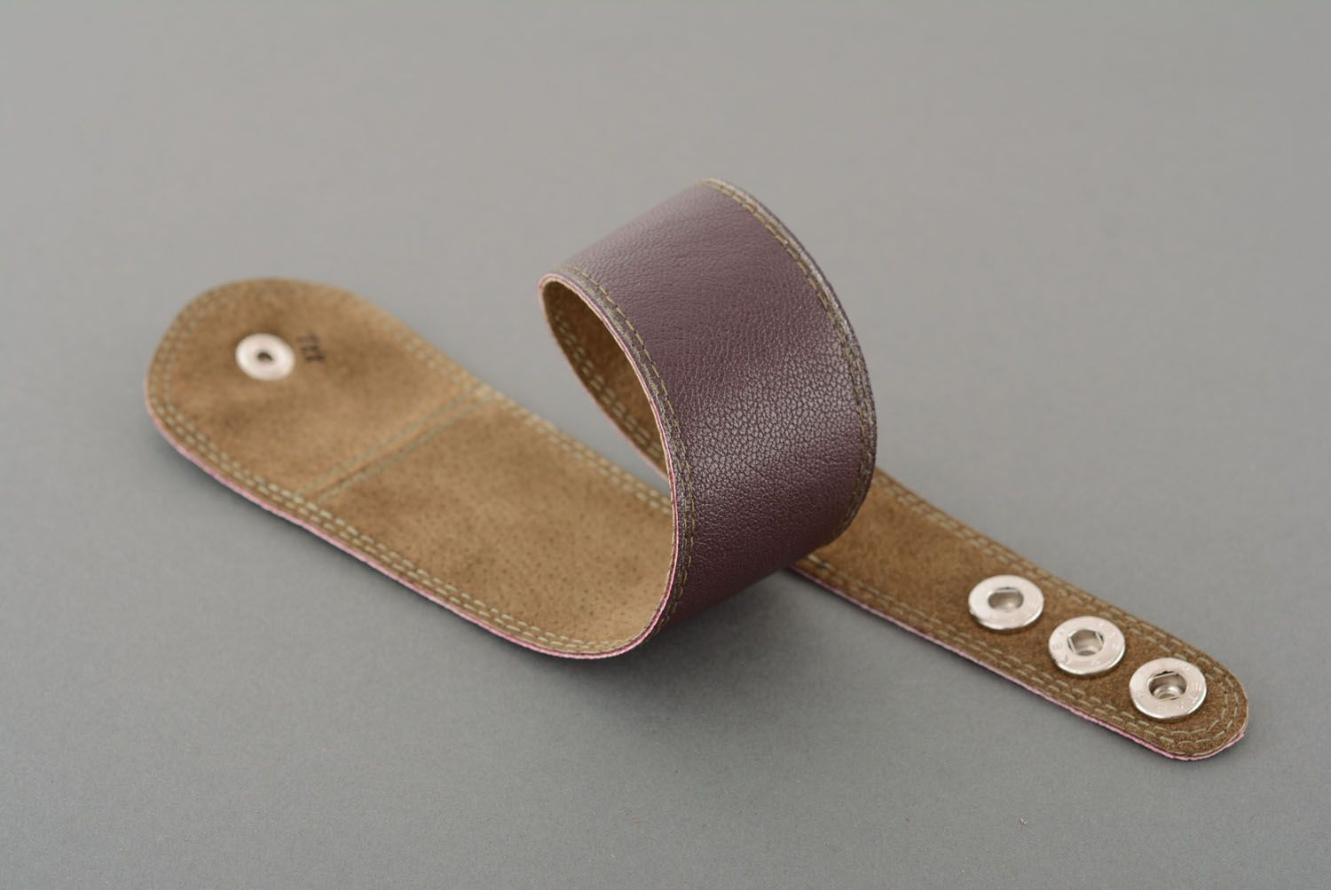 Brown leather bracelet with buttons photo 4