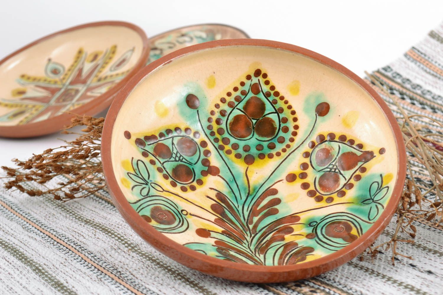MADEHEART > Handmade glazed painted ceramic wall plate for home decor