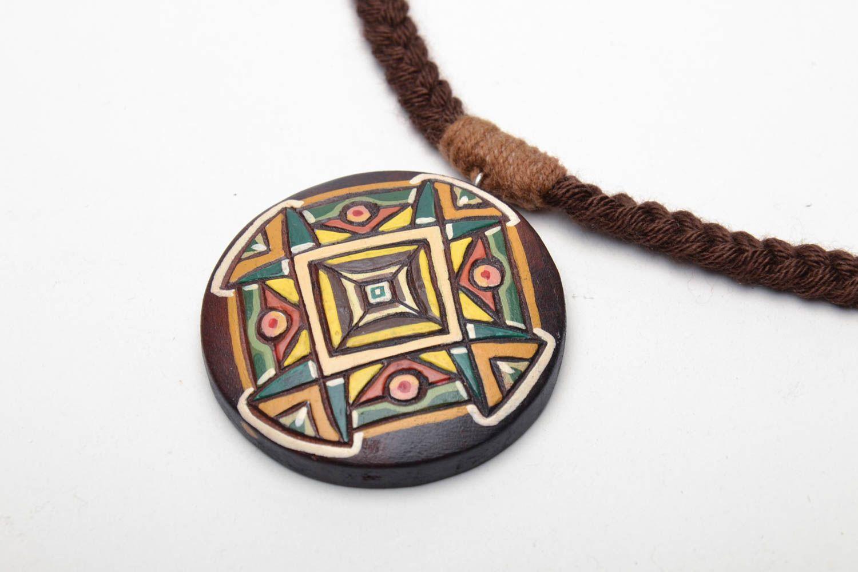 Круглая деревянная подвеска расписанная акриловыми красками фото 3