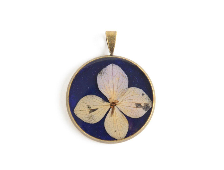 Кулон с эпоксидным покрытием круглый синий с цветком маленький ручной работы фото 3