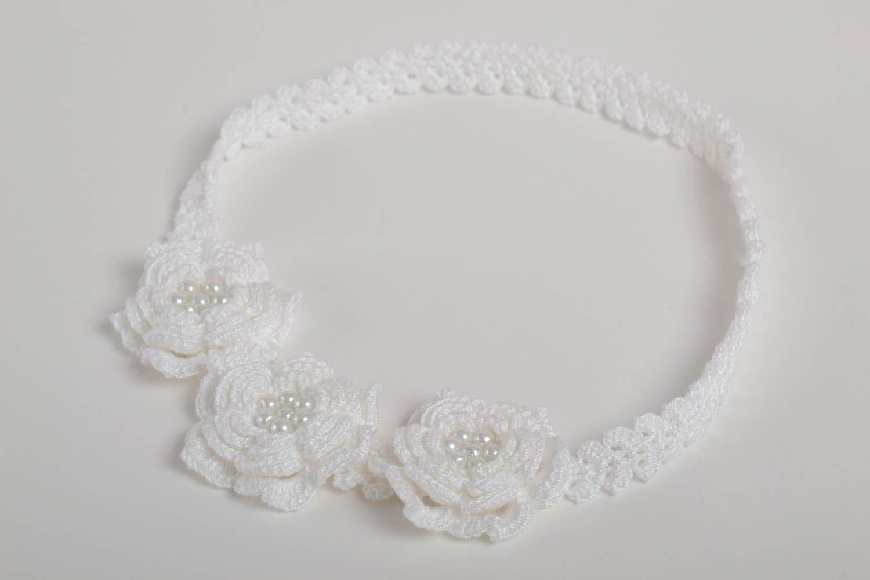 Белая стильная повязка на голову ручной работы вязаная крючком с бусинами фото 1