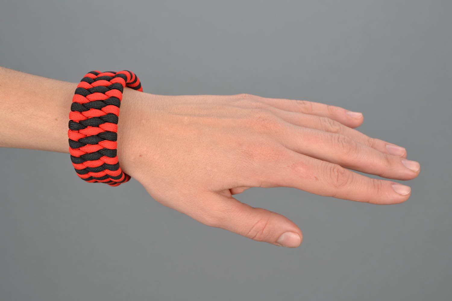 Red-black parachute cord bracelet photo 1
