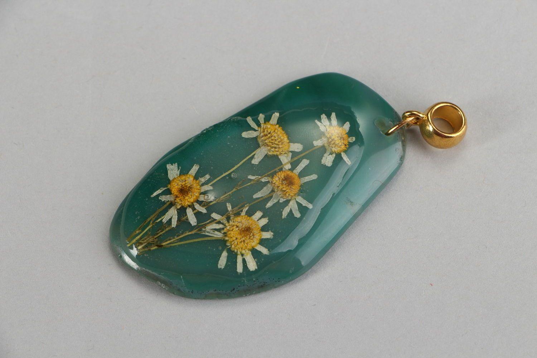 Colgante original con flores naturales en resina epoxi Ágata y camomilas foto 1