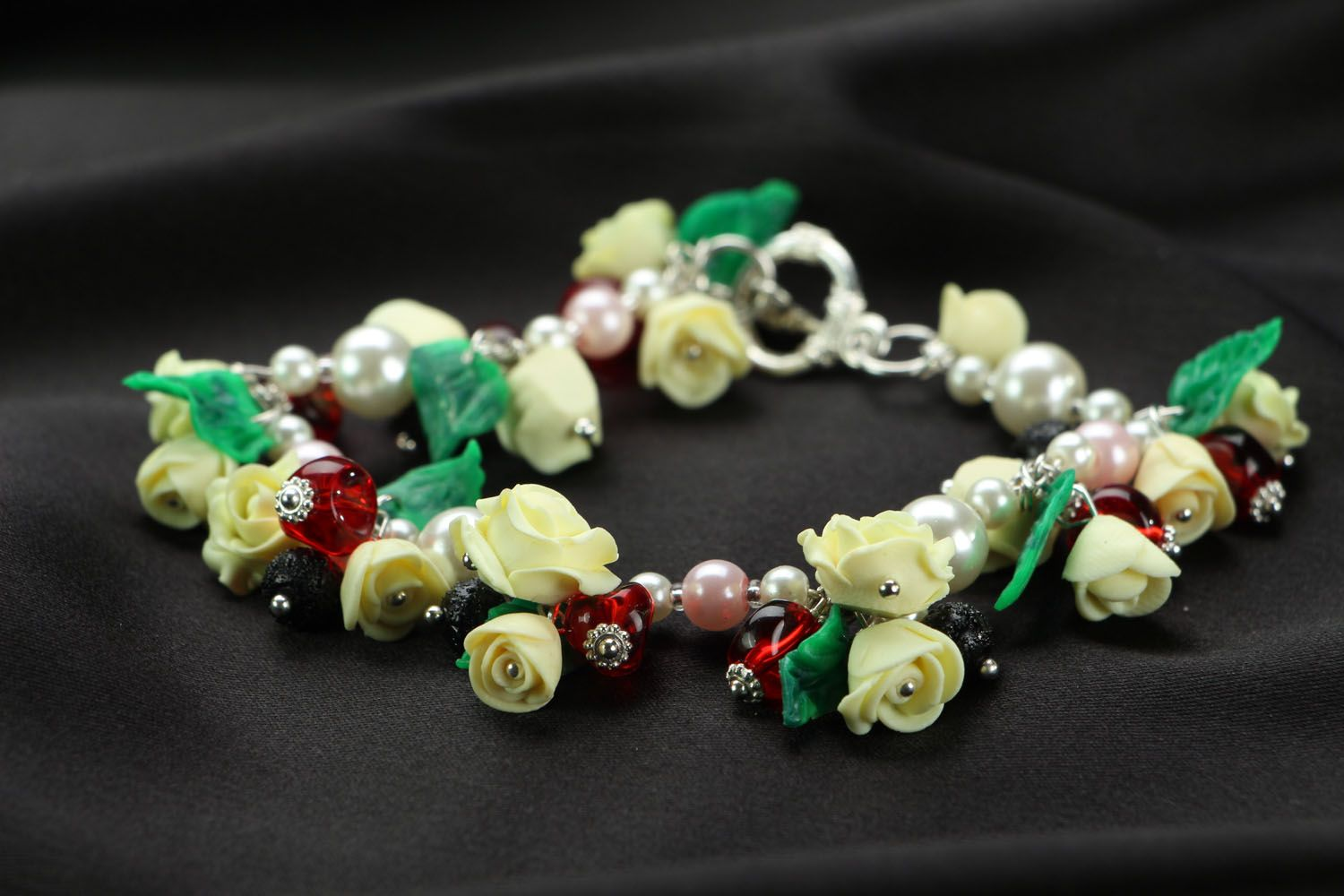Bracelet with charms in the shape of roses photo 1