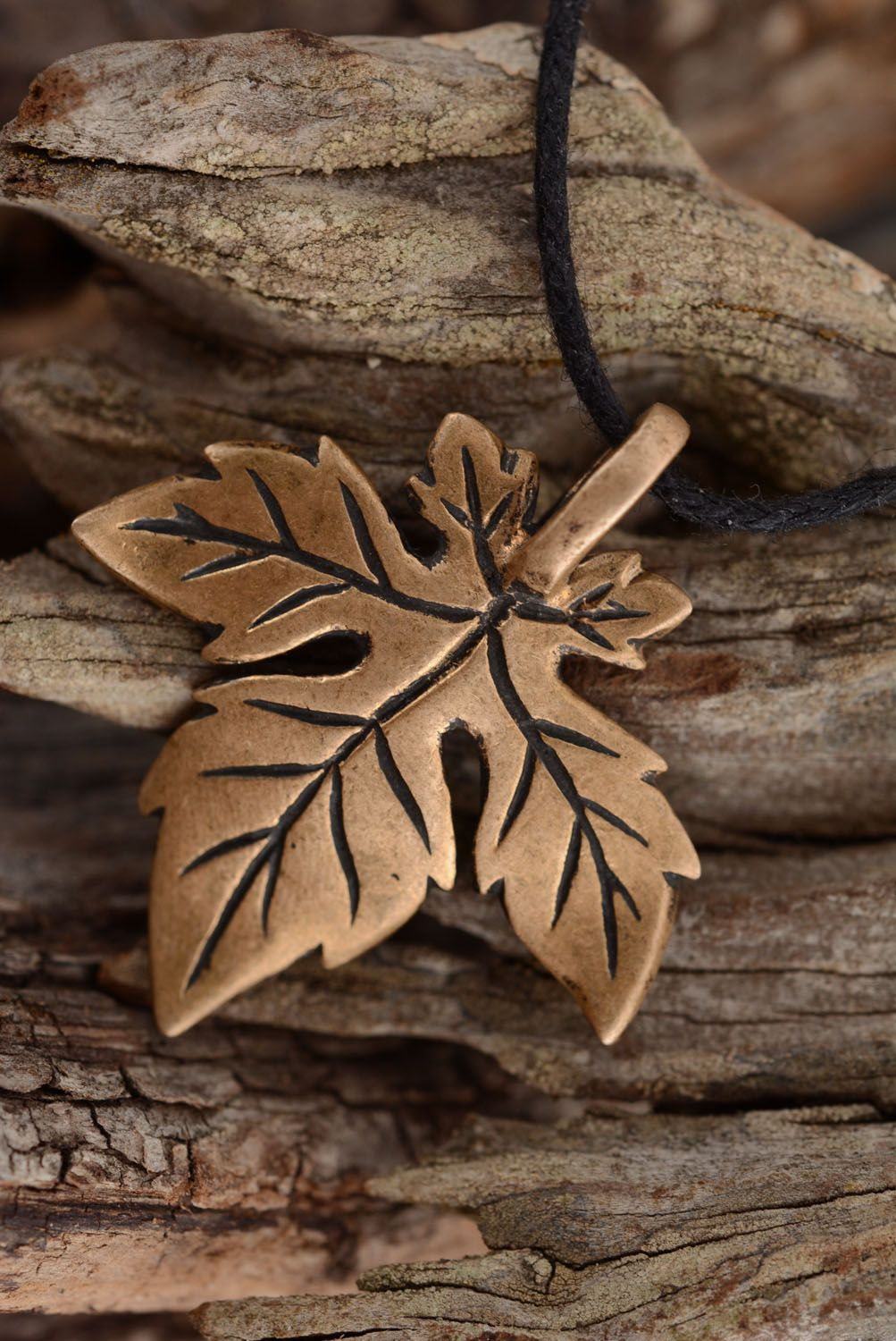 Bronze pendant in the shape of a leaf photo 2
