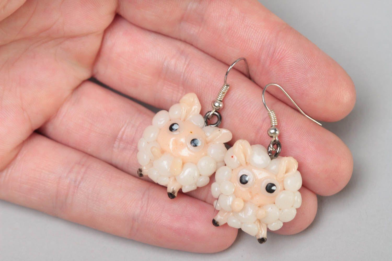 Серьги из полимерной глины в виде овечек ручной работы красивые смешные забавные фото 5
