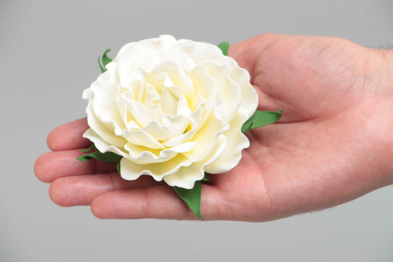 Цветочная брошь заколка из фоамирана ручной работы в виде белой розы нарядная фото 5