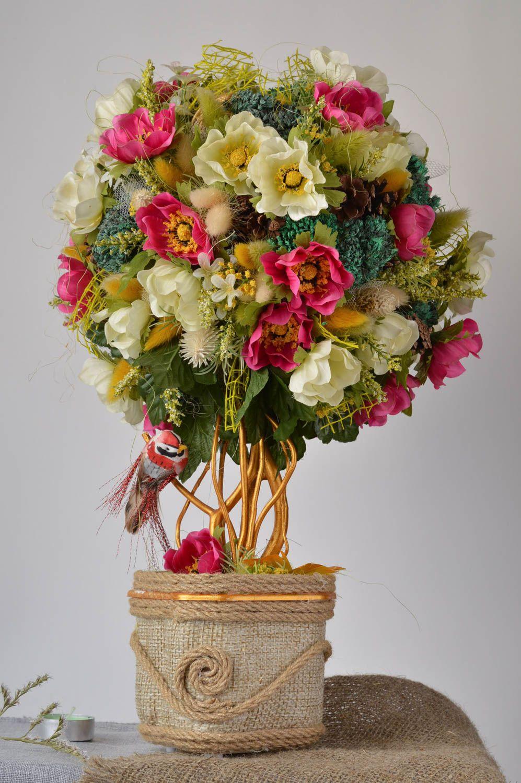 Топиарий из искусственных цветов с