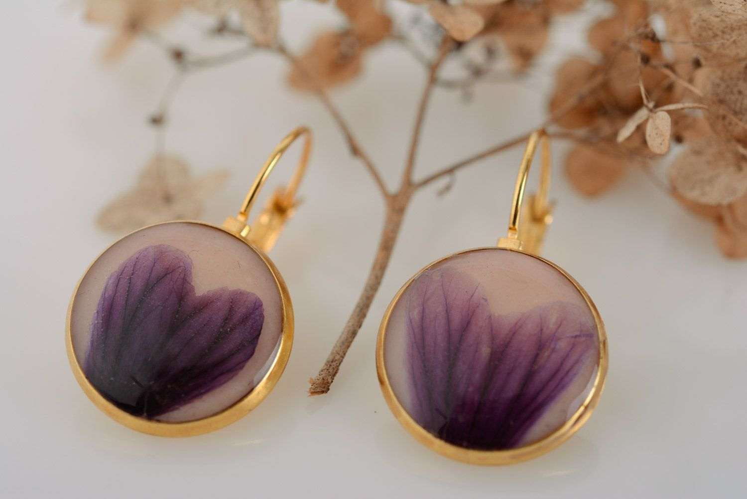 madeheart handmade round dangle earrings violet dried flowers coated with epoxy resin. Black Bedroom Furniture Sets. Home Design Ideas