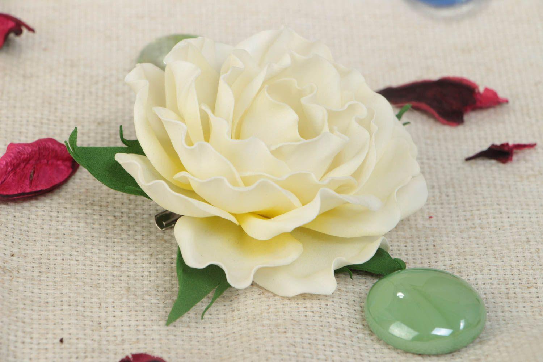 Цветочная брошь заколка из фоамирана ручной работы в виде белой розы нарядная фото 1