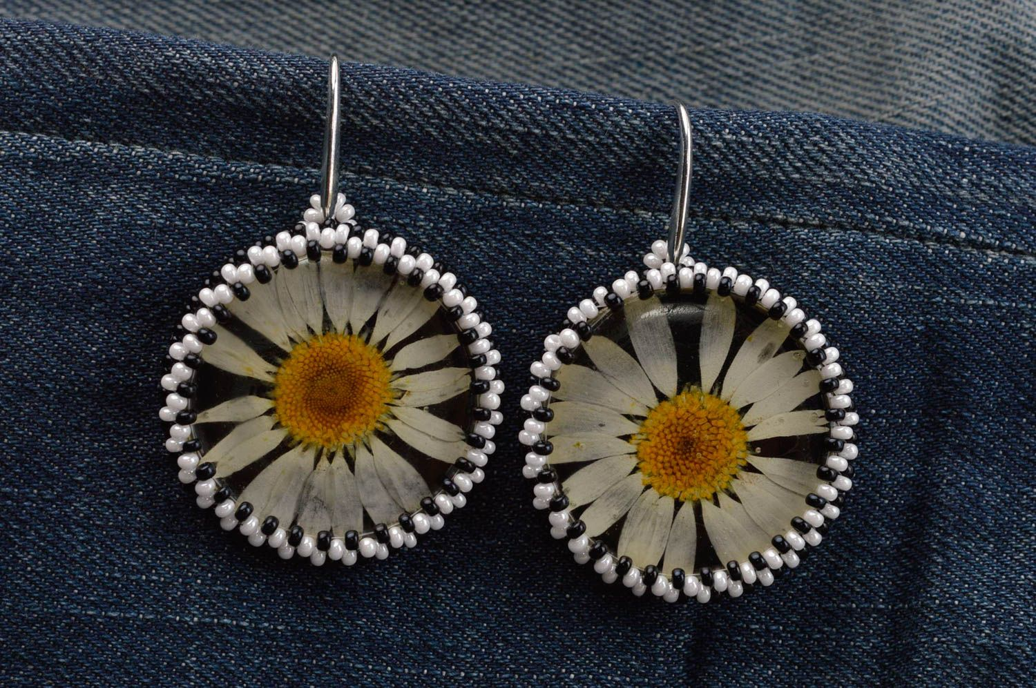 resin dry flower earrings Beautiful handmade botanical earrings beaded earrings fashion trends for her - MADEheart.com