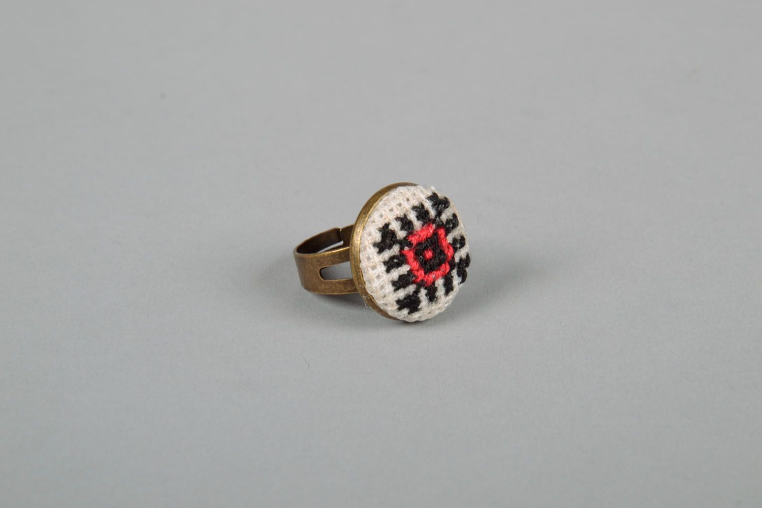 Round seal ring with embroidery photo 3