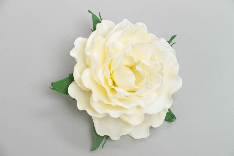 Цветочная брошь заколка из фоамирана ручной работы в виде белой розы нарядная фото 2