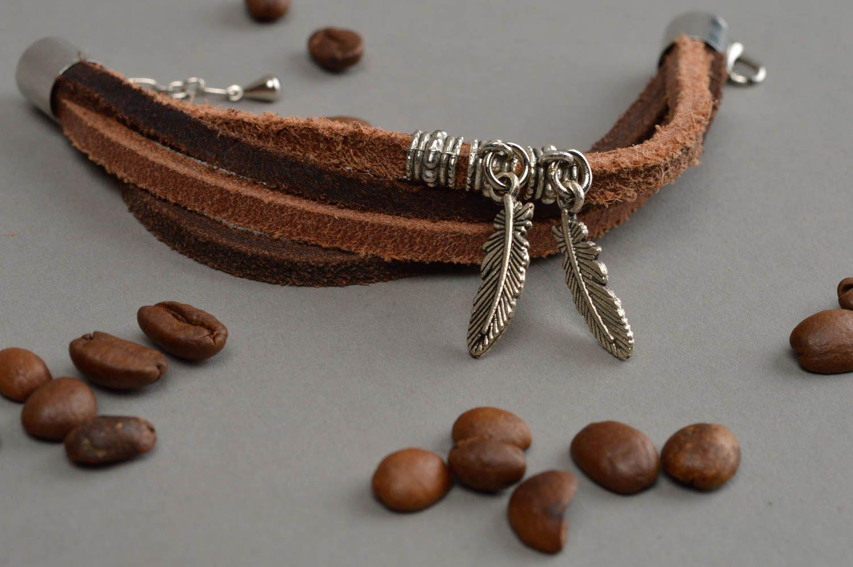 Künstlerisches Armband aus Leder in Braun mit Metall Anhängern Federn handmade foto 1