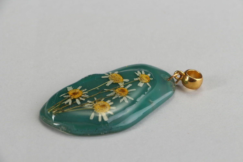 Colgante original con flores naturales en resina epoxi Ágata y camomilas foto 3