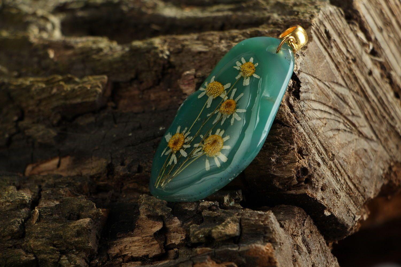 Colgante original con flores naturales en resina epoxi Ágata y camomilas foto 2