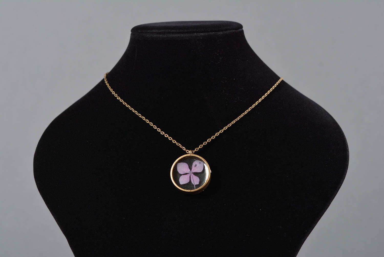 madeheart pendentif en r sine poxyde bijou fait main rond fleur mauve cadeau femme. Black Bedroom Furniture Sets. Home Design Ideas
