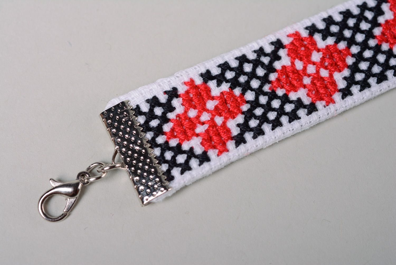 2c7449d7bd07 pulseras textiles Pulsera hecha a mano con bordado en punto de cruz -  MADEheart.com