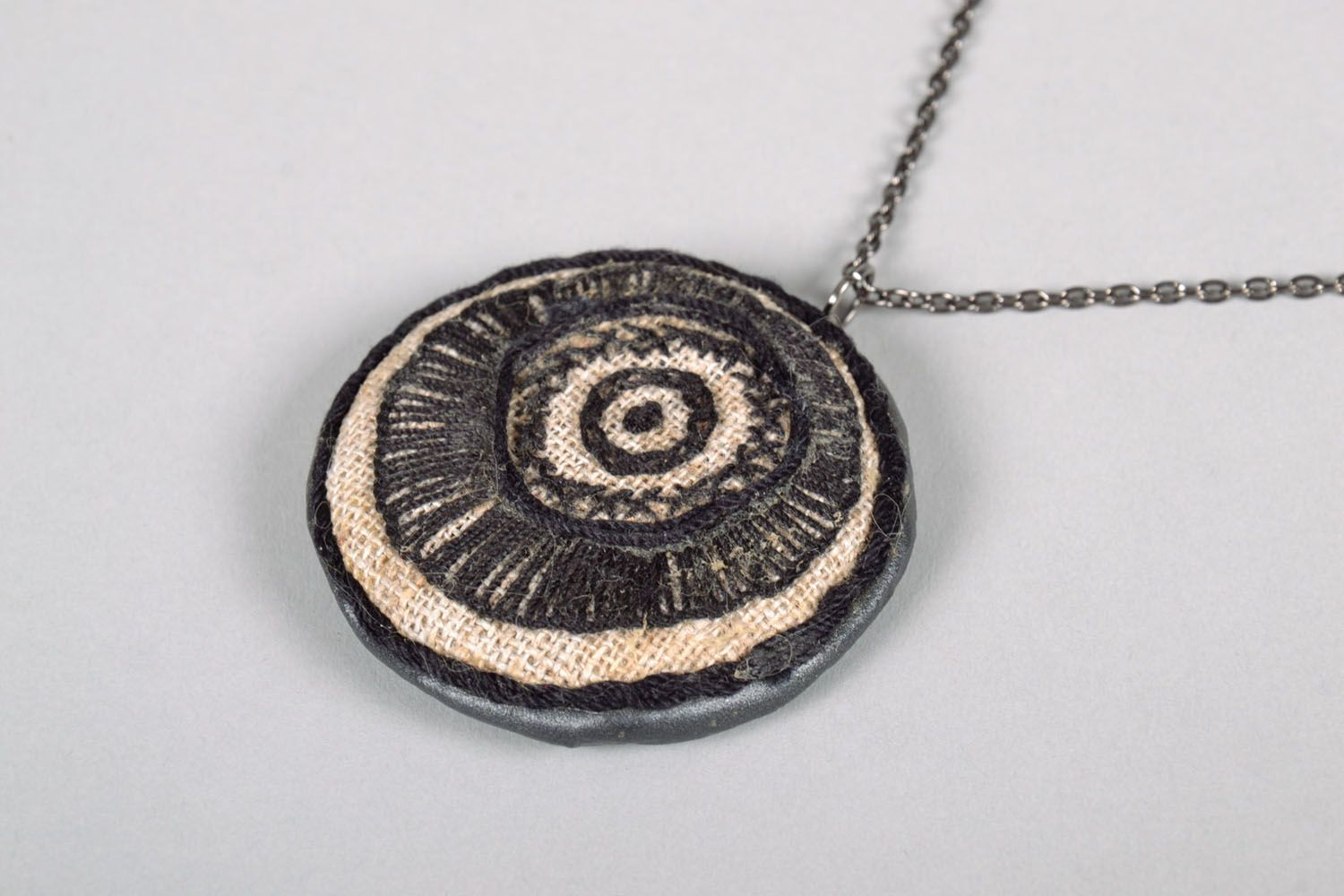 Embroidered pendant in ethnic style photo 3