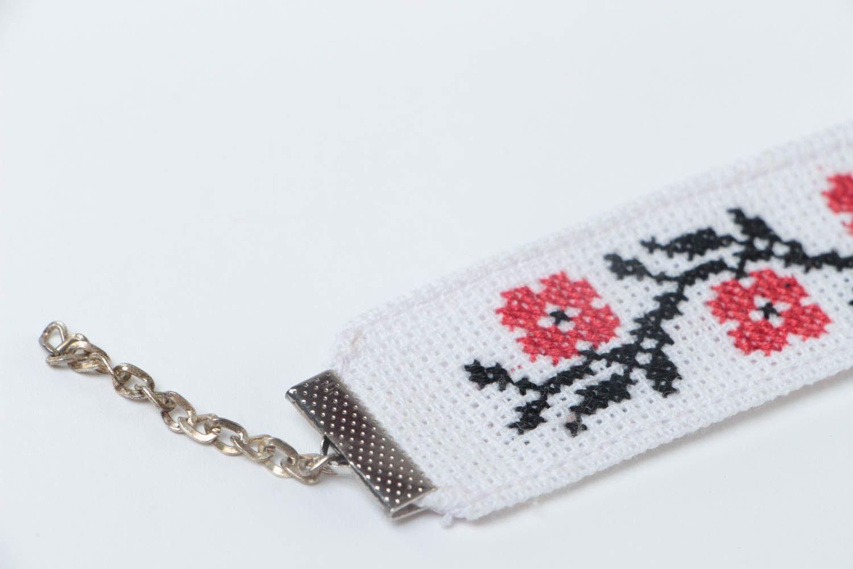 Тканевый белый браслет с вышивкой крестиком ручной работы в этническом стиле фото 3
