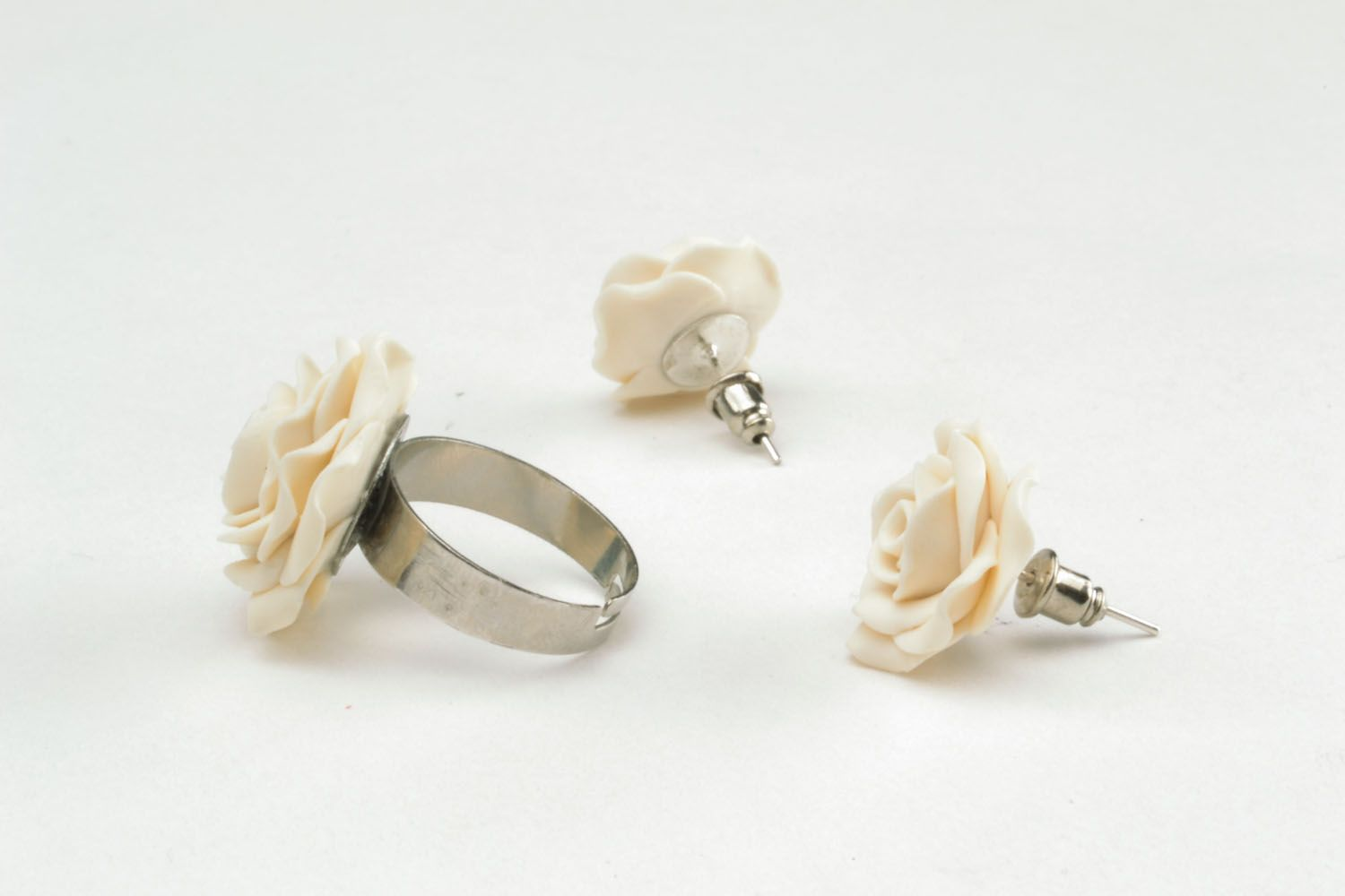 Plastic ring and earrings in the shape of white roses photo 4