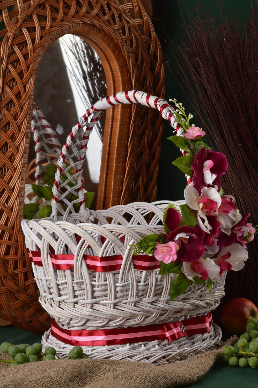 Корзина плетеная с подарками