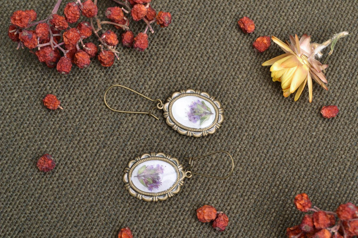 Beautiful women's earrings with real flowers coated with epoxy photo 1
