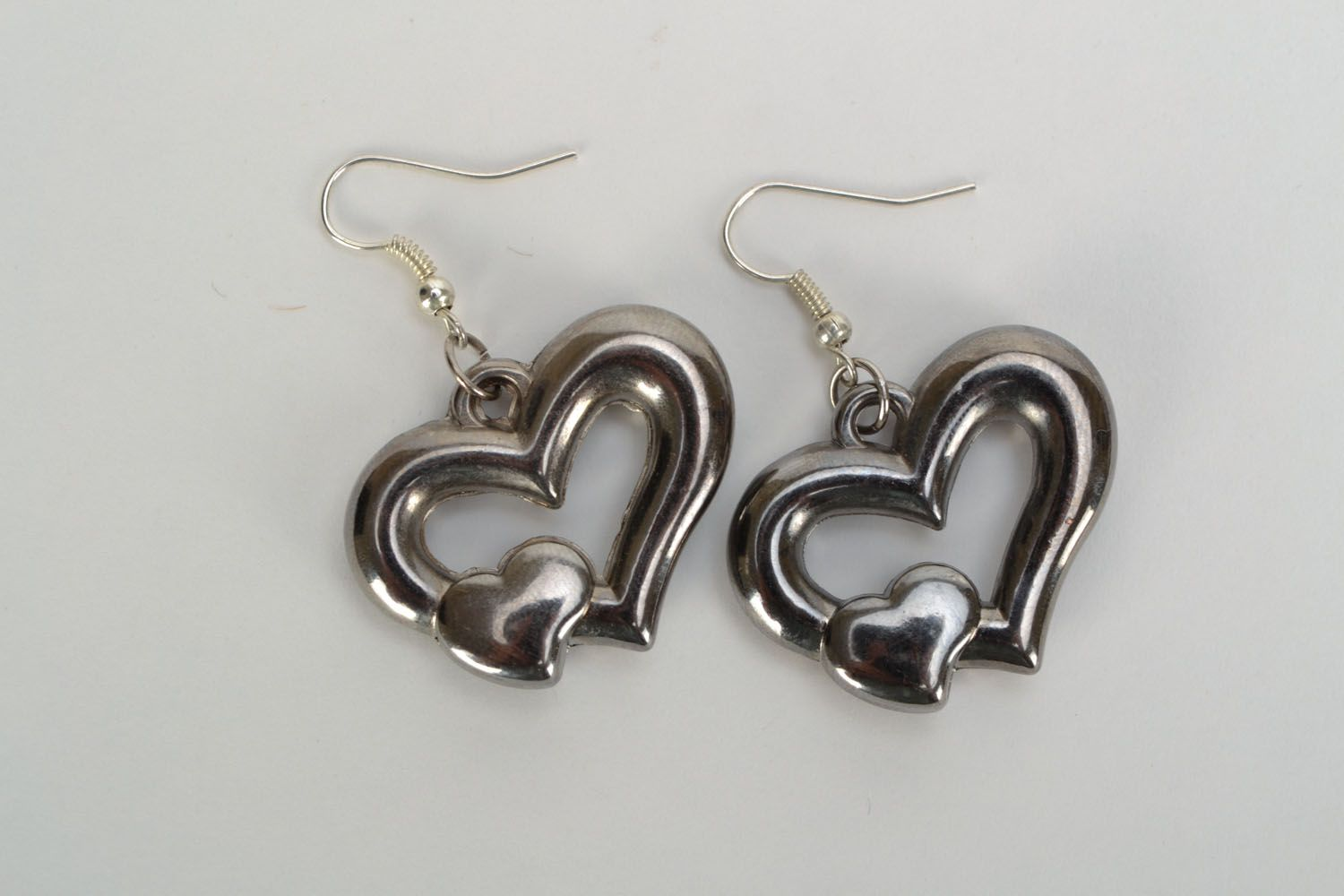 Metal earrings with heart-shaped charms photo 3