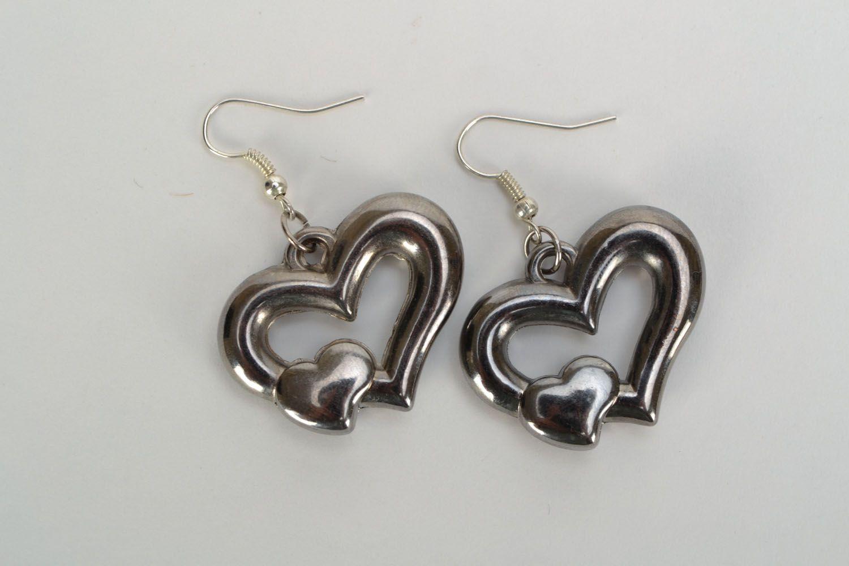 Металлические серьги с подвесками-сердечками фото 3