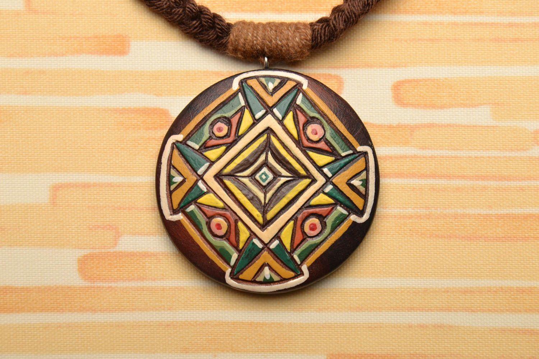 Круглая деревянная подвеска расписанная акриловыми красками фото 1
